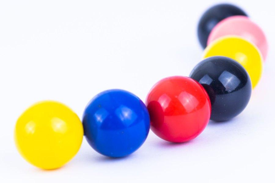 Spuitgieten van gekleurde magnetische kraaltjes
